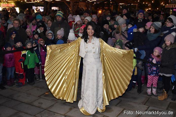 Christkind Daisy Miranda hat den Neumarkter Weihnachtsmarkt eröffnet