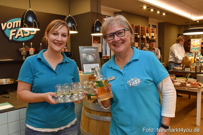 "Nina und Rita Großhauser mit ""Whiskies around the World"""