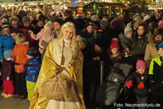 Das Neumarkter Christkind Leonie Felger eröffnete den Neumarkter Weihnachtsmarkt